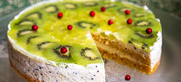 Mango sponge cake with kiwi cream (vegan)